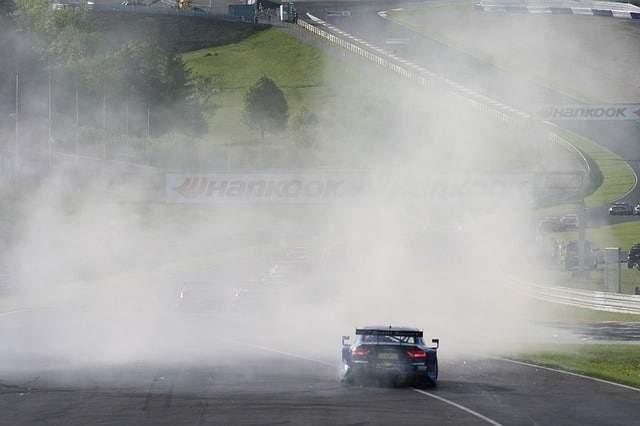 car-racing-1528137_640